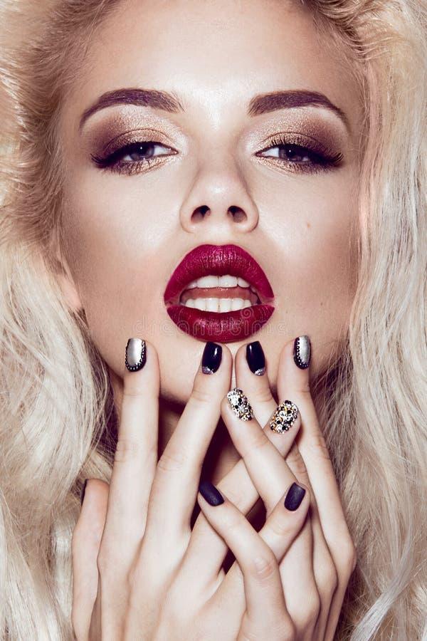 Menina loura 'sexy' bonita com bordos sensuais fotografia de stock royalty free
