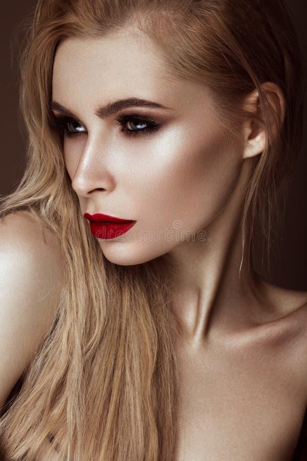 Menina loura 'sexy' bonita com bordos sensuais, cabelo da forma Face da beleza fotografia de stock