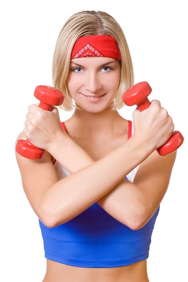 Menina loura 'sexy' com dois dumbbells vermelhos fotos de stock royalty free