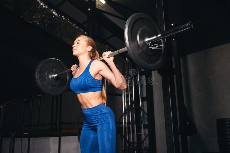 A menina louro bonita no sportwear à moda melhora a saúde imagens de stock