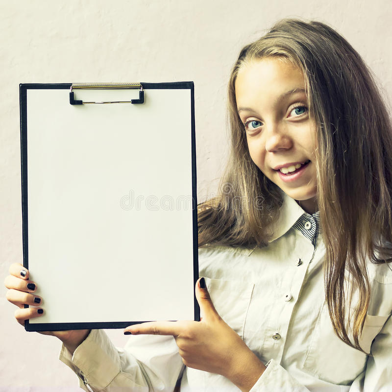 Menina louro bonito com um sinal para o texto fotografia de stock royalty free