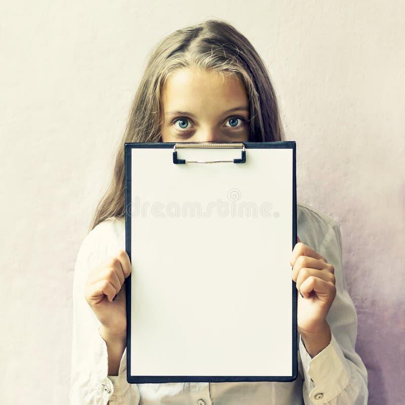 Menina louro bonito com um sinal para o texto fotos de stock