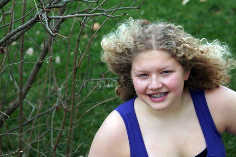 Menina média com cabelo de sopro foto de stock