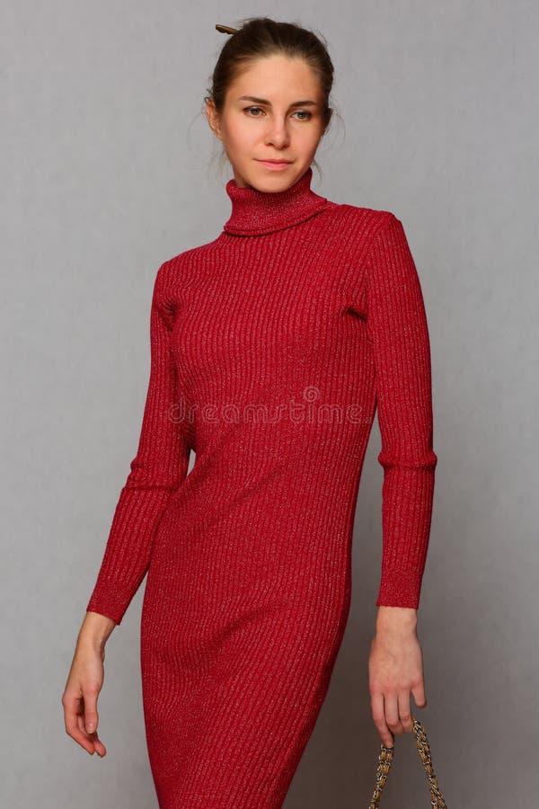 Menina magro, bonita no vestido vermelho foto de stock