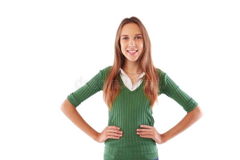 Menina magro com o sorriso toothy que guarda as mãos nos quadris e que levanta a imagens de stock royalty free