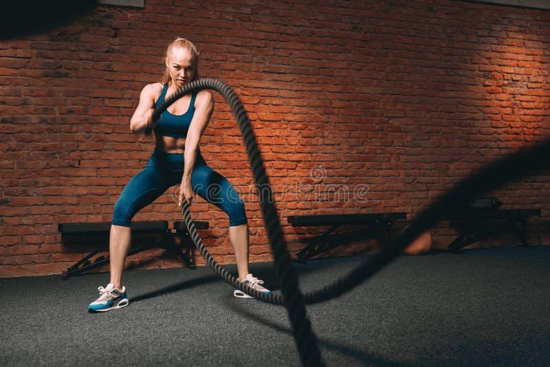 Menina magro 'sexy' com o corpo ideal que faz alguns exercícios do crossfit fotos de stock