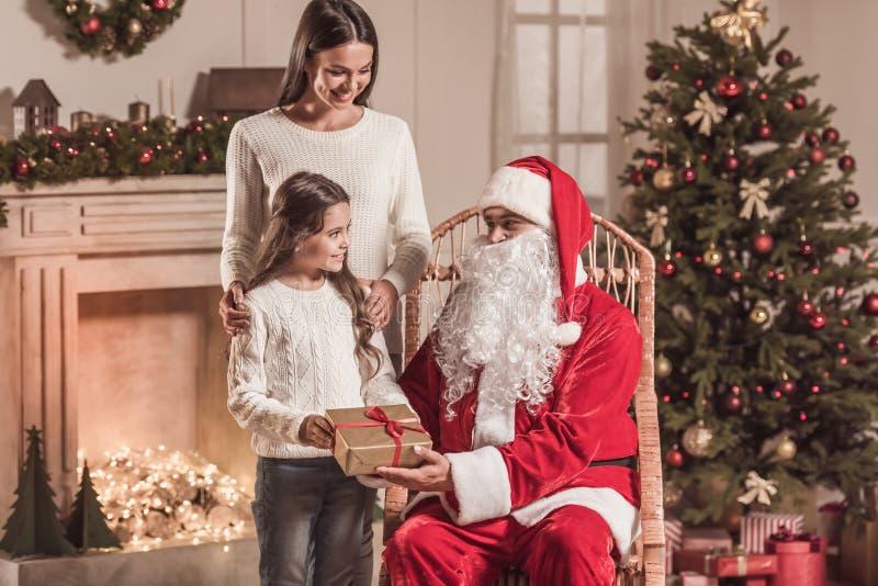 Menina, mamã e Santa Claus imagens de stock royalty free