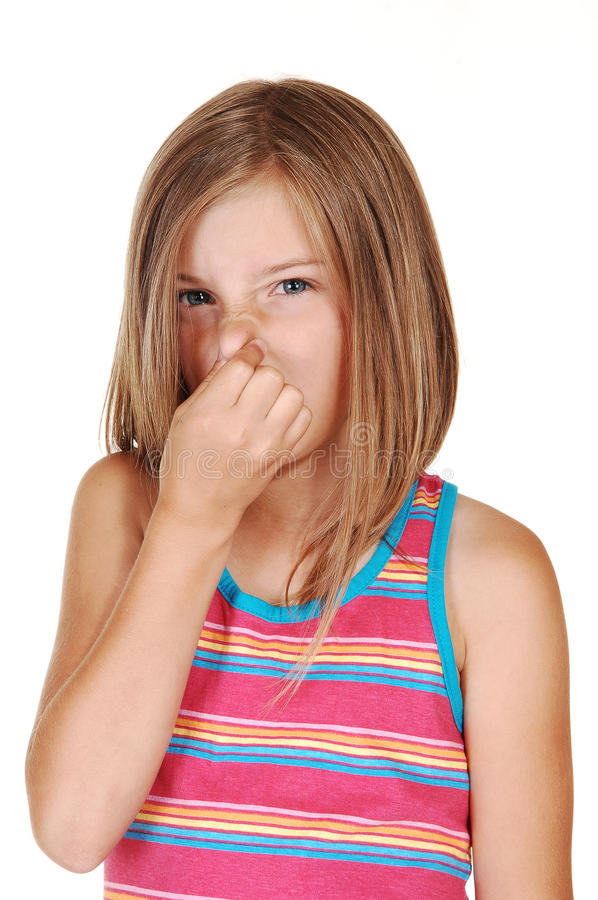 A menina mantem seu nariz fechado. fotos de stock