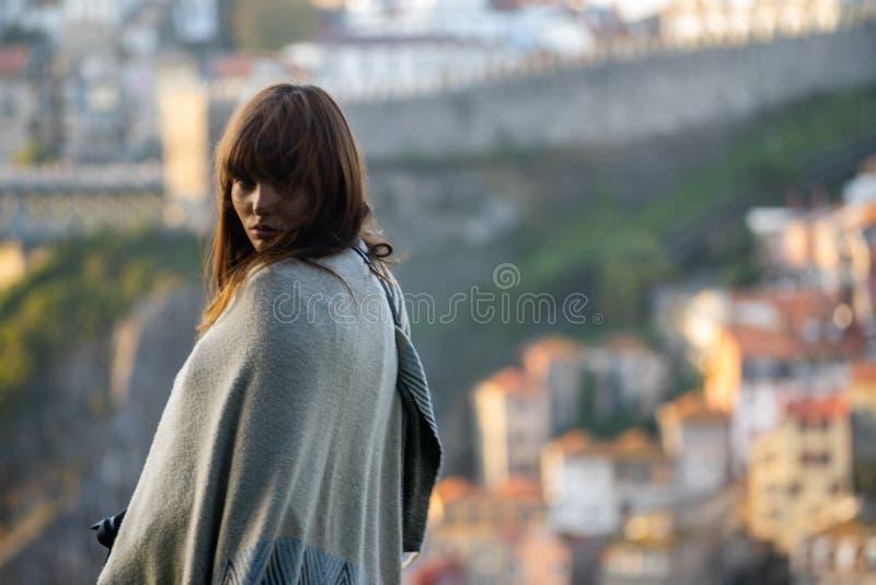 Menina mediterrranean do cabelo longo com a vista da cidade de Porto foto de stock