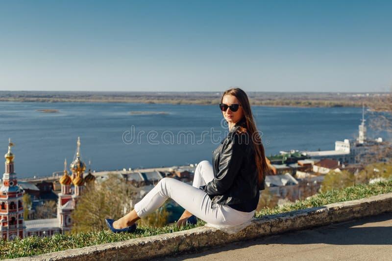 Menina ? moda nos ?culos de sol com cabelo longo e um casaco de cabedal fotografia de stock royalty free