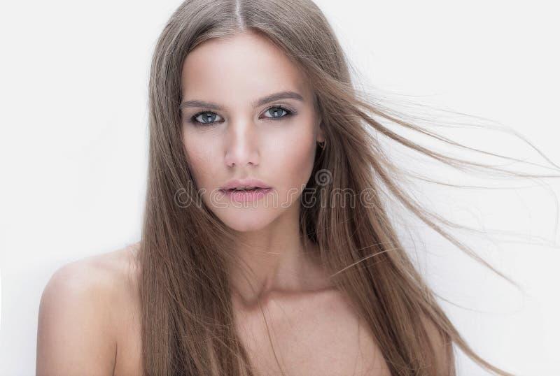 Menina modelo à moda que olha a câmera imagem de stock