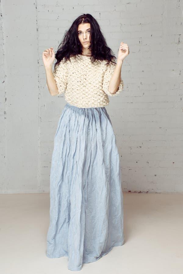 Menina modelo agradável no estúdio com cabelo selvagem fraco fotos de stock