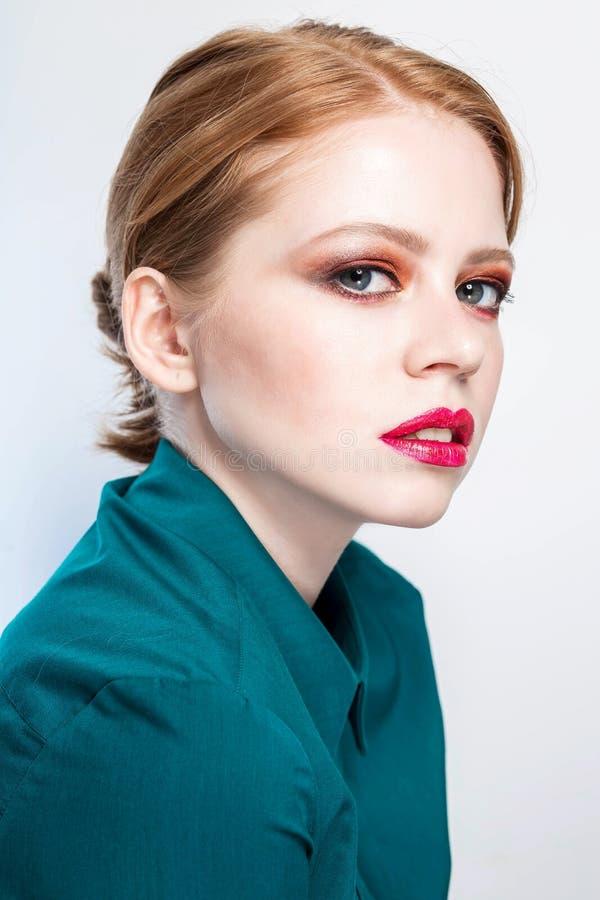 Menina modelo bonita com composição cor-de-rosa e cosméticos da forma imagens de stock royalty free