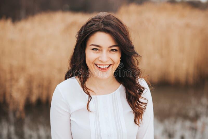 Menina modelo bonita que aprecia fora o outono fotografia de stock