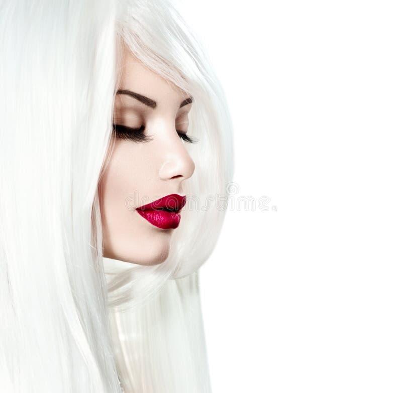 Menina modelo com cabelo branco e os bordos vermelhos foto de stock