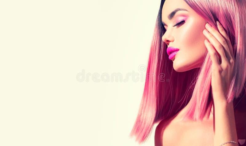 Menina modelo da beleza com cabelo saudável perfeito e composição bonita Cabelo tingido rosa de Ombre foto de stock
