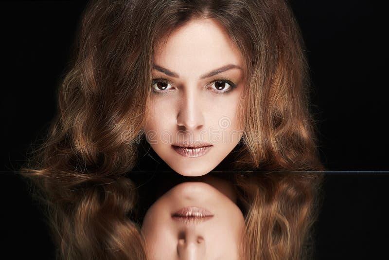 Menina modelo da beleza com composição e cabelo encaracolado imagens de stock royalty free