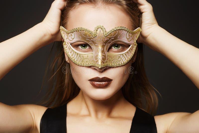 Menina modelo da beleza na máscara do carnaval foto de stock