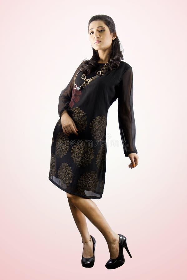 Menina modelo fêmea indiana bonita que veste um kurti tradicional foto de stock