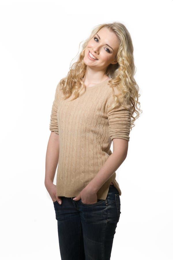 Menina modelo loura bonita no sorriso da roupa ocasional imagem de stock