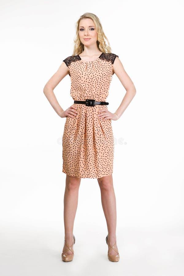 Menina modelo loura bonita no sorriso da roupa ocasional fotografia de stock royalty free