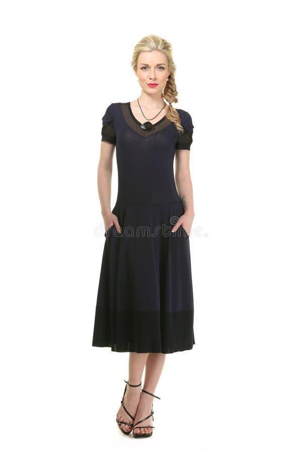 Menina modelo loura bonita no vestido de sol longo ocasional do verão foto de stock royalty free