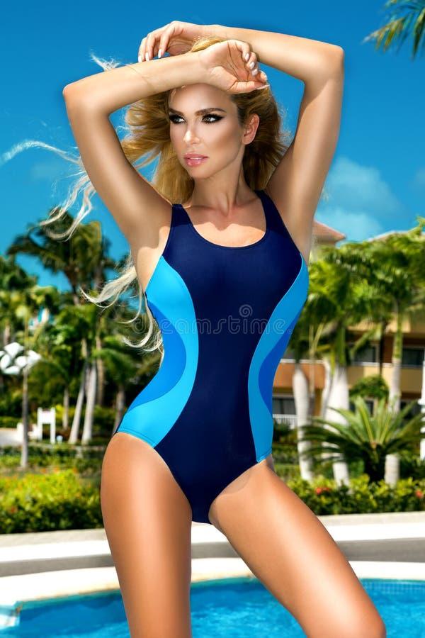 Menina modelo loura nova 'sexy' do encanto da alta-costura no biquini na associa??o Aperfei?oe a pele bronzeada Viagem tropical d fotografia de stock