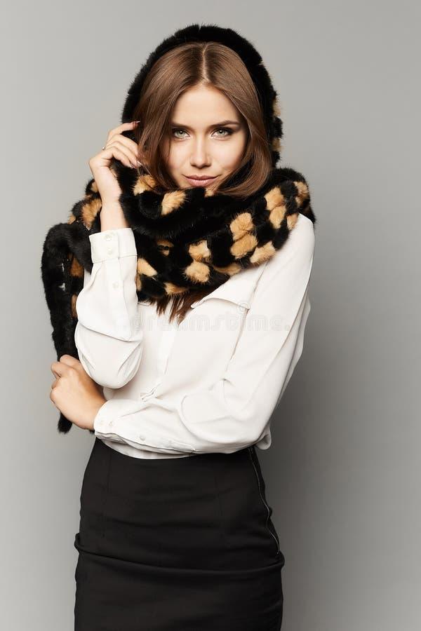Menina modelo moreno elegante e bonita com composição perfeita na saia preta, em uma blusa branca e dentro foto de stock royalty free