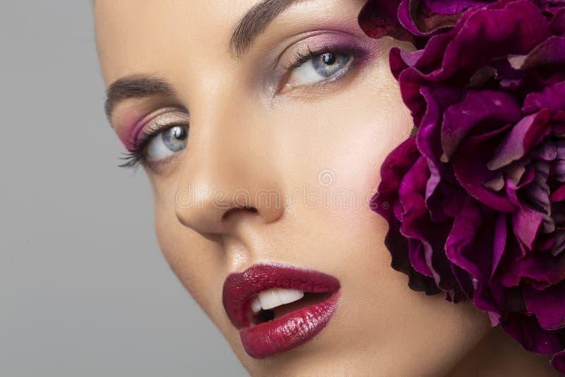 Menina modelo 'sexy' com composição perfeita, bordos sedutores vermelhos da beleza Jovem mulher bonita com flores, beleza e conce foto de stock royalty free