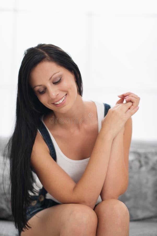 Download Menina De Sorriso Que Senta-se No Sofá Na Sala De Visitas Imagem de Stock - Imagem de relaxe, descansar: 29827621