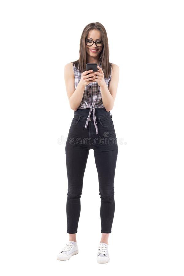 Menina moderna de sorriso relaxado feliz do moderno do estilo que usa o telefone celular imagens de stock