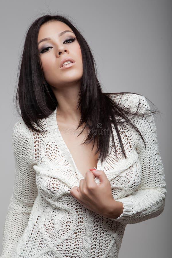 Menina moreno atrativa no casaco de lã branco imagem de stock royalty free