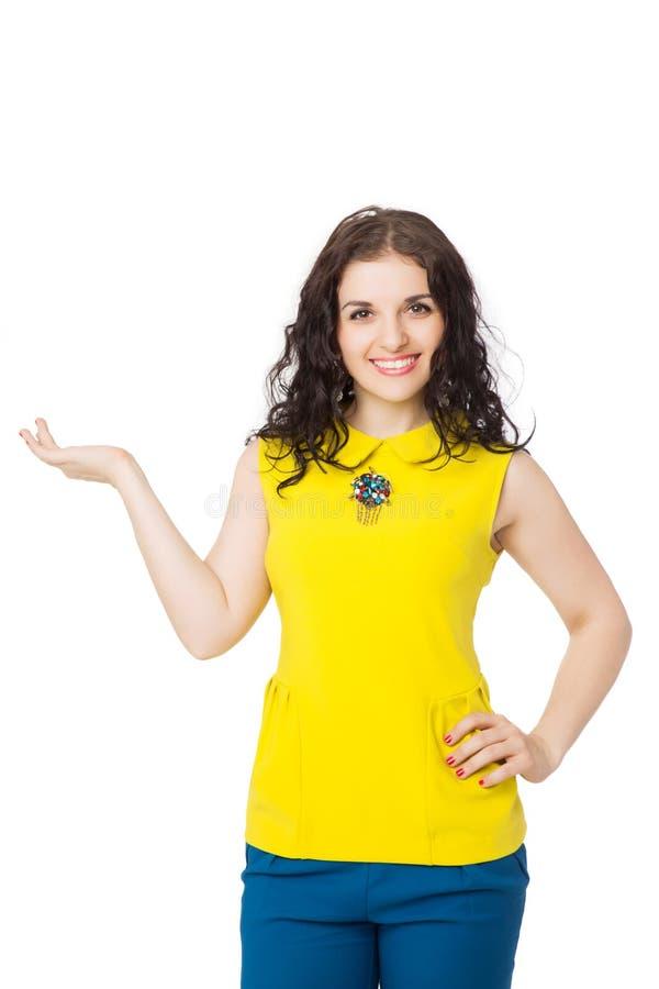 Menina moreno bonita com cabelo encaracolado vestindo a blusa amarela imagens de stock