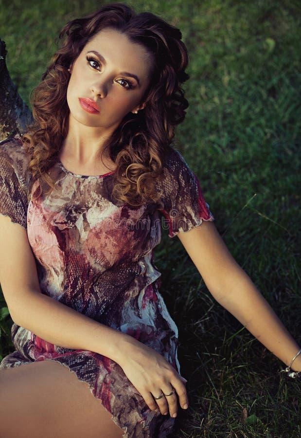 Menina moreno bonita com composição agradável fotografia de stock royalty free