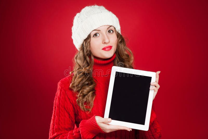 Menina moreno bonita que guarda o ipad imagens de stock royalty free