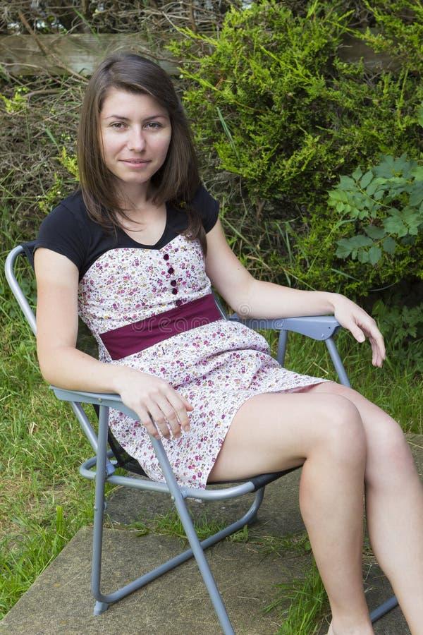 Menina moreno bonito no jardim imagem de stock