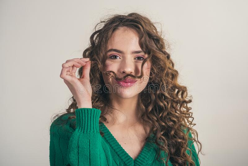 Menina moreno com cabelo encaracolado longo e brilhante Mulher modelo bonita com penteado ondulado fotos de stock