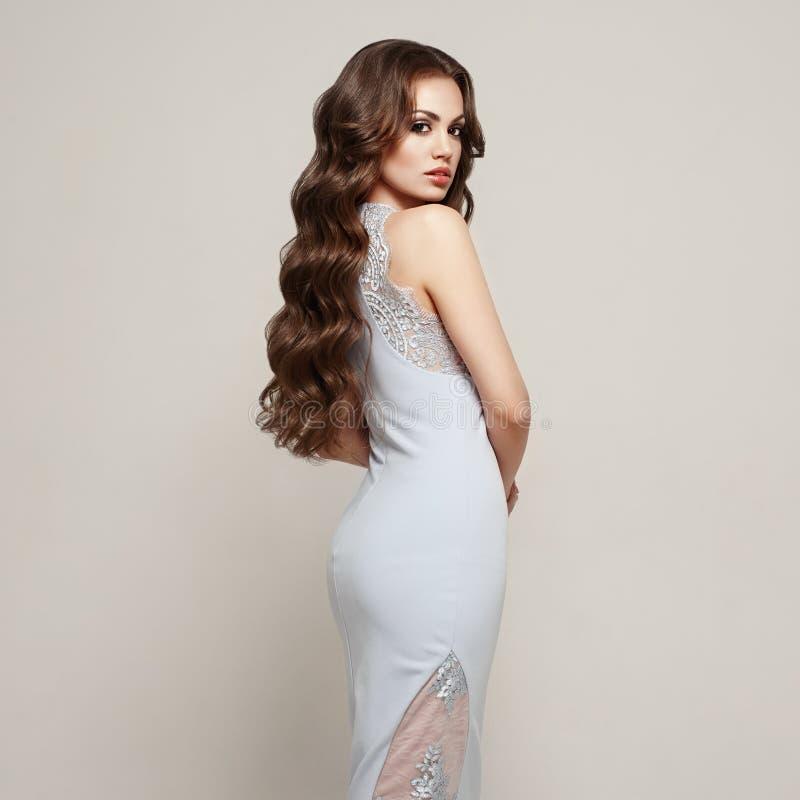 Menina moreno com cabelo encaracolado saudável e brilhante longo Cuidado e beleza Bonito fotos de stock royalty free