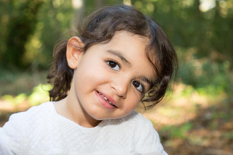 menina moreno da criança do retrato alegre fotos de stock royalty free