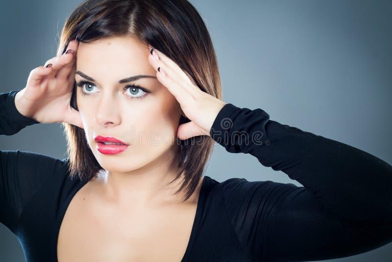 Menina moreno decidido com olhar forte imagem de stock royalty free