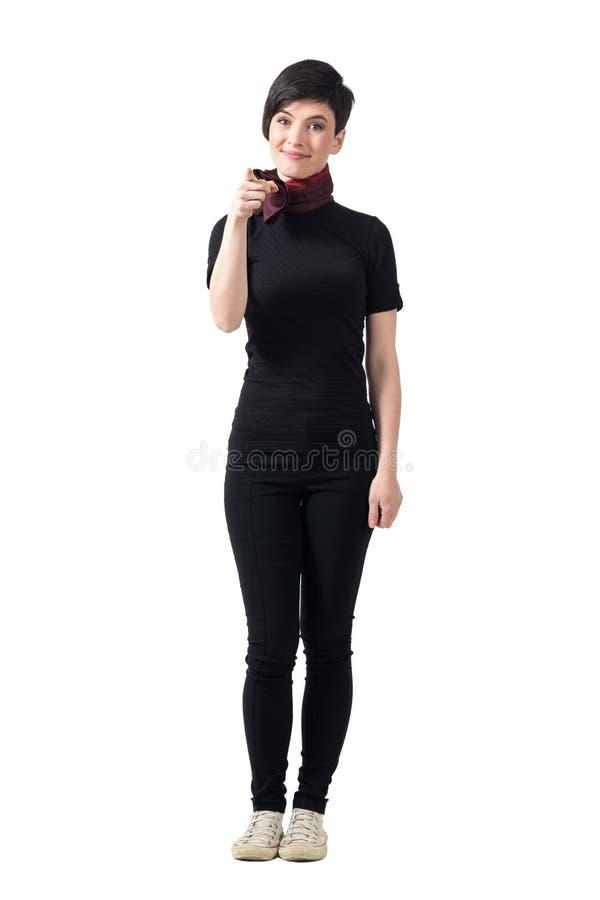 Menina moreno do cabelo consideravelmente curto que aponta o dedo na câmera que escolhe o fotografia de stock royalty free