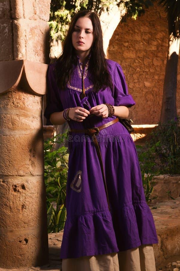 Menina moreno em um terno medieval em um Agia Napa Monaste medieval imagens de stock royalty free