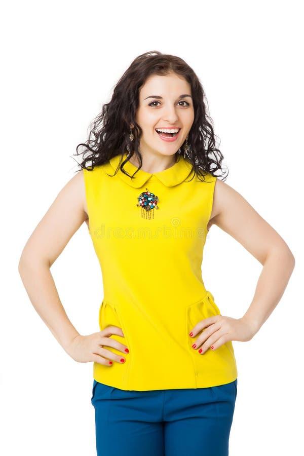 Menina moreno feliz com o cabelo encaracolado que veste a blusa amarela e o bl imagens de stock royalty free