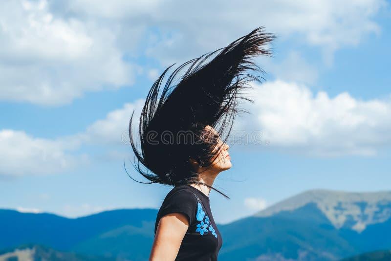 Menina moreno na parte superior da montanha com fluência do cabelo foto de stock royalty free