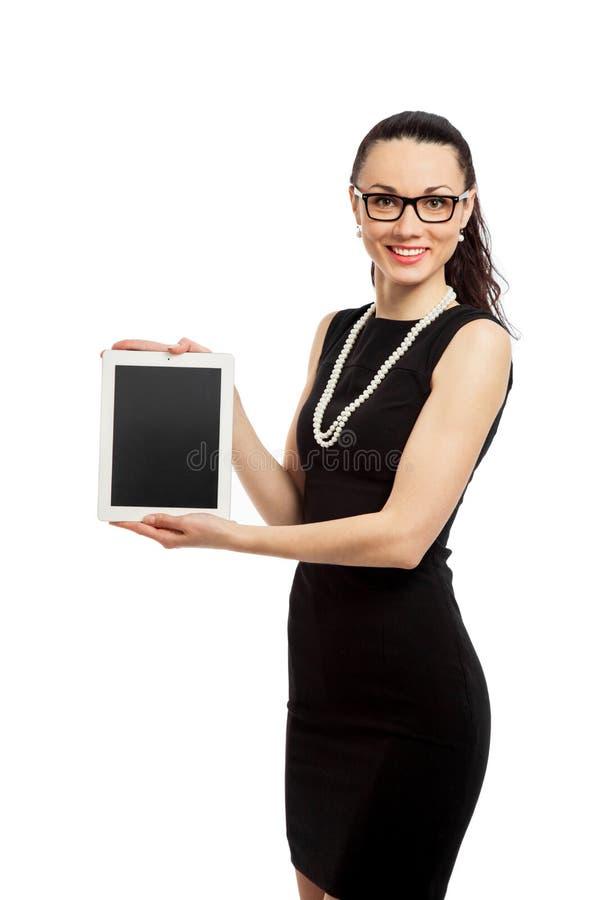 Menina moreno no vestido preto que guarda o ipad fotografia de stock