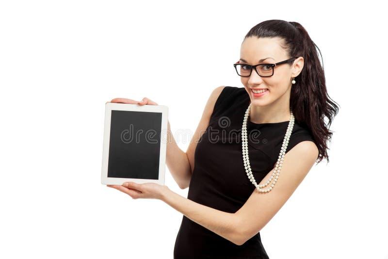 Menina moreno no vestido preto que guarda o ipad foto de stock royalty free