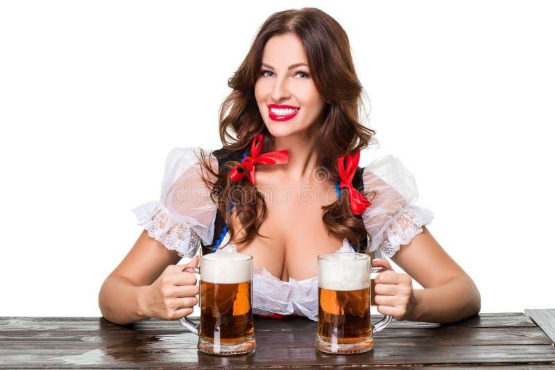 Menina moreno nova bonita do caneco de cerveja o mais oktoberfest da cerveja imagem de stock