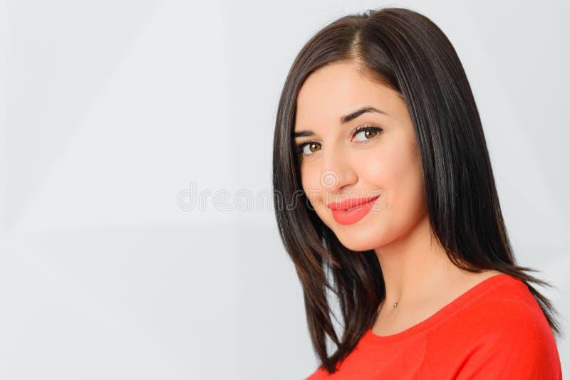 Menina moreno segura otimista alegre bonita no vermelho fotos de stock