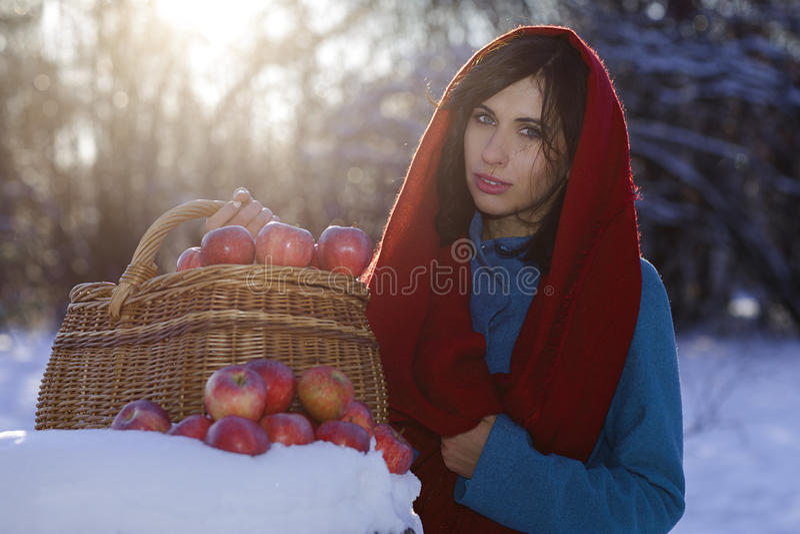 A menina moreno vestiu-se no lenço vermelho e no revestimento azul imagens de stock royalty free