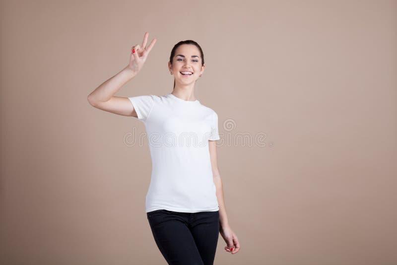 A menina mostra duas e quatro mãos foto de stock royalty free